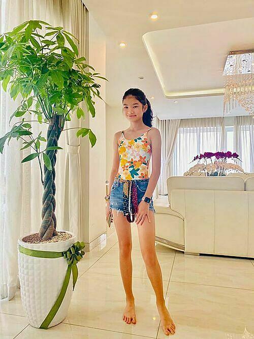 Bảo Tiên sinh năm 2008, là trái ngọt trong tình yêu của Trần Bảo Sơn và Trương Ngọc Ánh. Mới đây, Trần Bảo Sơn khoe ảnh chụp con gái nhân dịp ngày Gia đình Việt Nam. Nhiều bạn bè, khán giả bất ngờ với đôi chân dài như siêu mẫu của Bảo Tiên.