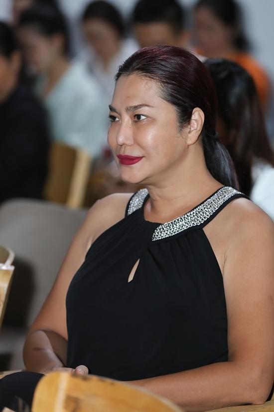 Ca sĩ Cindy Thái Tài đào tạo catwalk cho các mẫu nhí tại học viện của Xuân Lan.