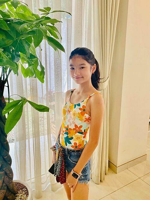 Ở tuổi 12, Bảo Tiên ra dáng thiếu nữ, có vẻ ngoài xinh đẹp cùng vóc dáng mảnh mai.