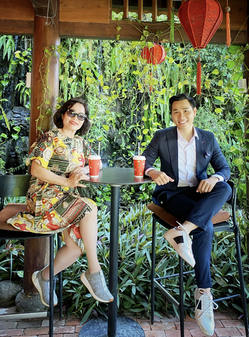 Mừng tuổi mới của mẹ, Nguyên Khang đưa bà đi du lịch Hội An. Hai mẹ con thăm phố cổ, uống cà phê ở những quán thiết kế độc đáo, gần gũi với thiên nhiên.
