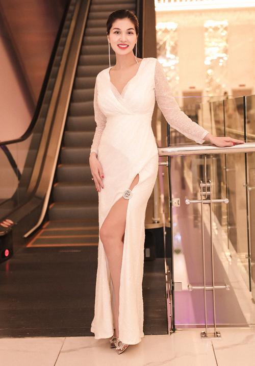 Hoa hậu Toàn cầu 2015 khoe chân dài và vóc dáng sau gần 3 tháng sinh con thứ sáu.