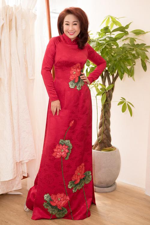 Thoại Mỹ khoe dáng với trang phục truyền thống thêu họa tiết tinh tế.