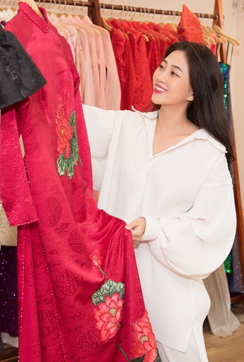 MC Liêu Hà Trinh cũng tới chọn trang phục. Ban đầu cô muốn mặc các thiết kế truyền thống nhưng sau đó đổi ý lựa các kiểu áo dài cách điệu trẻ trung phù hợp lứa tuổi hơn.
