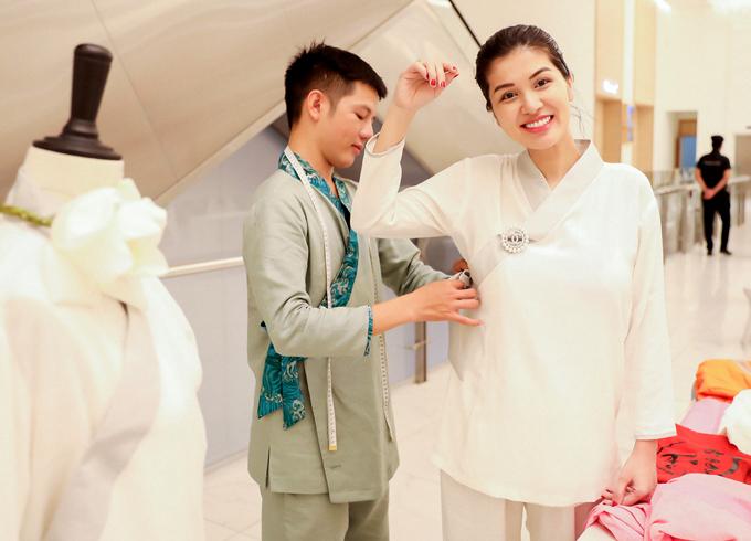 Sau khi nhận giải Oanh Yến ghé gian hàng bán trang phục Phật tử của Hân Hoan Hỷ chơi. Cô có lần đầu thử mặc kiểu áo đặc biệt hay dùng đi lễ chùa bởi Oanh Yến theo đạo Thiên Chúa.