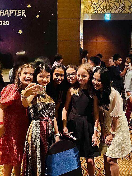 Bảo Tiên chụp ảnh cùng bạn bè. Con gái Trương Ngọc Ánh sớm bộc lộ các năng khiếu: đàn, ca hát, diễn kịch... Cô bé có thể nói tốt 3 ngoại ngữ, giỏi nhất là tiếng Anh và dự kiến sẽ đi du học năm 16 tuổi.