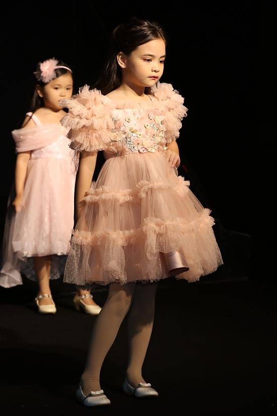 Những kiểu váy công chúa, đính hoa tiếp tục lăng xê trên sàn runway sắp tới.