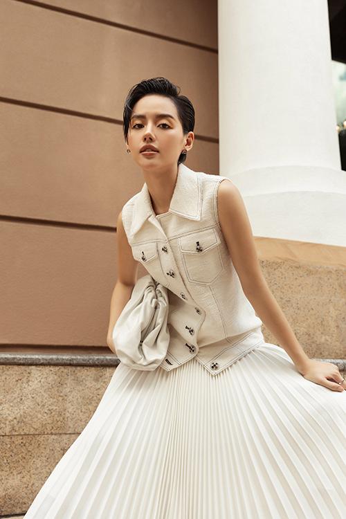 Trang phục tông trắng nằm trong bộ sưu tập Công Trí Summer Capsule 2020 được Khánh Linh và dàn sao Việt yêu thích. Các tín đồ thời trang, thoả sức mix-match để tạo nên set đồ ưng ý khi đi dạo phố.