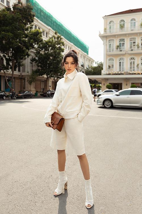 Tú Hảo chọn các mẫu short thời thượng để mang tới nét mới mẻ cho phong cách dạo phố của cô. Bởi trước đó, Tú Hào thường sử dụng quần jeans hơi hướng vintage để mix đồ.