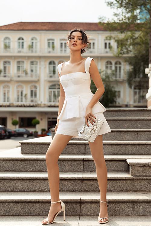 Kiểu áo vừa tôn nét nữ tính vừa khơi gợi hình ảnh sexy được phối hợp ăn ý với short tiệp màu.