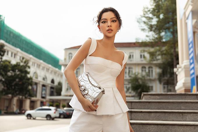 Túi xách tay ánh bạc được Tú Hảo sử dụng để hoàn thiện set đồ dạo phố vào mùa nắng.