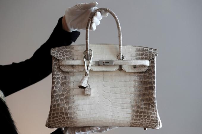 Một chiếc túi Birkin Hermès da cá sấu bạch tạng hiếm tại một buổi xem trước đấu giá ở Paris. Ảnh: Reuters.