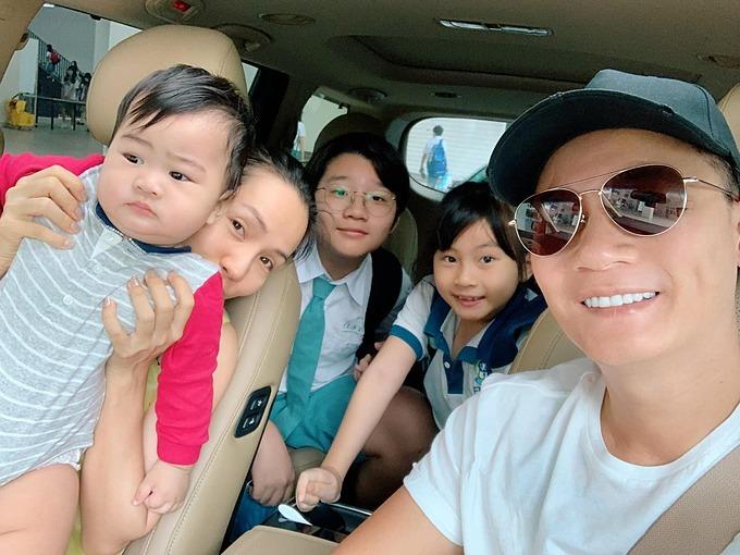 Gia đình Hoàng Bách vui nhộn khi đến trường.