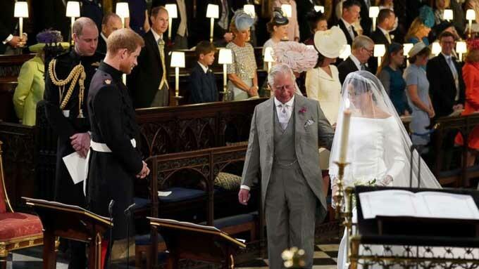 Thái tử Charles thay bố đẻ dẫn Meghan vào lễ đường tại đám cưới hôm 19/5/2018 ở Lâu đài Windsor. Ảnh: Reuters.