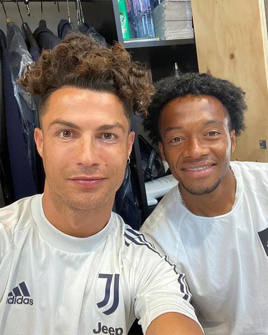 .. còn C. Ronaldo gây chú ý với kiểu tóc mới xoăn tít từng lọn trên đầu hôm 29/6.