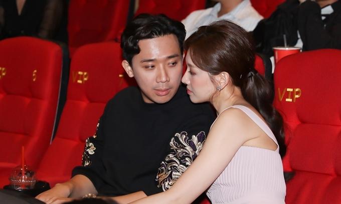 Đám cưới đã ba năm, Trấn Thành và Hari Won vẫn giữ thói quen thể hiện tình cảm mỗi lần cùng dự sự kiện.