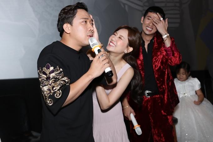 Dưới khán đài thân mật là vậy nhưng khi lên sân khấu, Trấn Thành - Hari trở thành cặp vợ chồng tấu hài với những màn chặt chém nhau hài hước.
