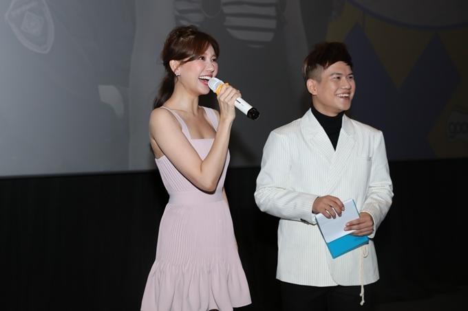 Khi sự kiện đã bắt đầu, Hari Won mới có mặt. Từng hợp tác với Tuấn Trần trong một bộ phim trước đây và có mối quan hệ đồng nghiệp thân thiết với đàn em, Hari khen Tuấn Trần làm việc nghiêm túc, chăm chỉ.