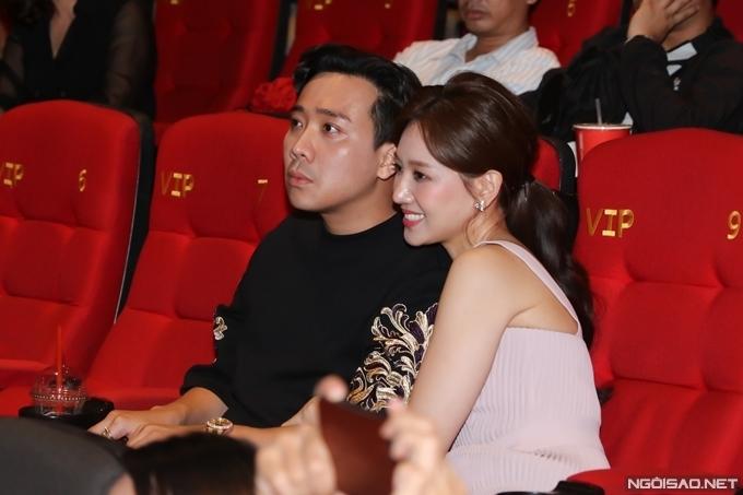 Hari Won khoác tay Trấn Thành, nép sát vào người anh khi xem phim.