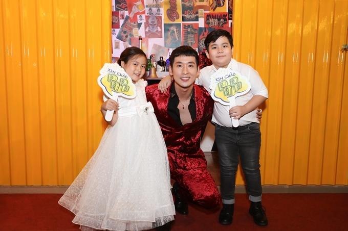 Tuấn Trần bên hai diễn viên nhí Ngân Chi và Hoàng Long. Trong phim, nhân vật của Tuấn Trần trở thành ông bố bất đắc dĩ với cô con gái trên trời rơi xuống do Ngân Chi đóng.