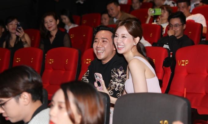 Tối 29/6, Trấn Thành và Hari Won cùng tới dự họp báo ra mắt sản phẩm mới của Tuấn Trần. Dưới hàng ghế khán giả, cặp đôi chăm chút xem phim và phần giao lưu của đoàn phim.