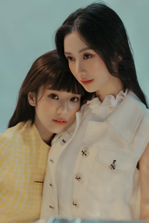 Ngoài đời, Hoàng Yến Chibi và Jun Vũ xưng hô mày - tao thân thiết. Thỉnh thoảng, họ không ngại đăng ảnh dìm hàng nhau trên Facebook.