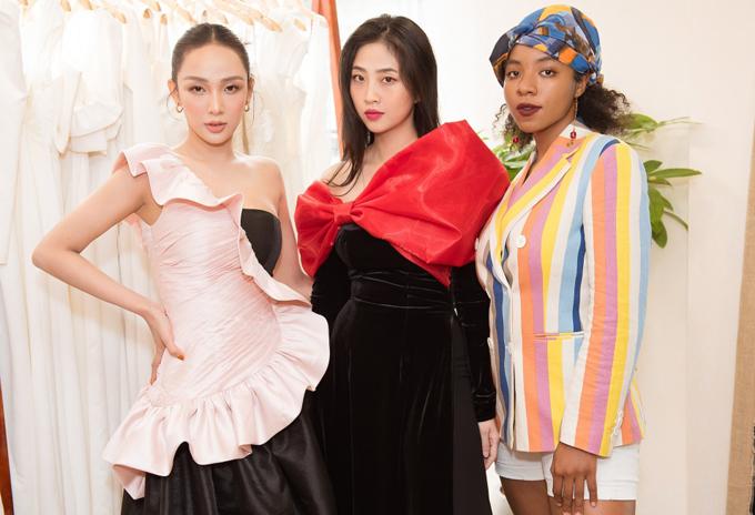Người đẹp Ngô Mỹ Hải (trái) và Huỳnh Tiên (ngoài cùng bên phải) hội ngộ Liêu Hà Trinh tại showroom của Song Toàn.