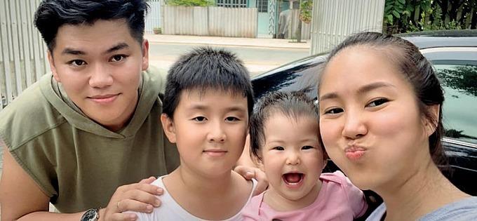 Con gái Lê Phương cười khoái chí khi chụp ảnh cùng bố mẹ và anh trai.