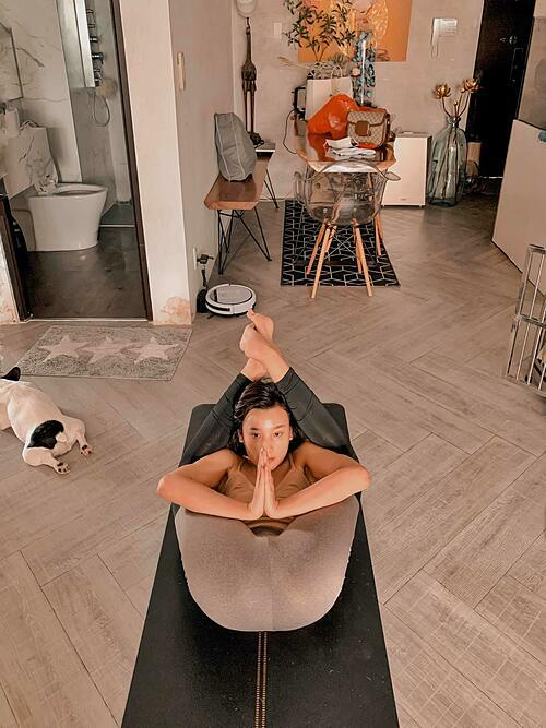 Lê Thúy tích cực tập yoga.