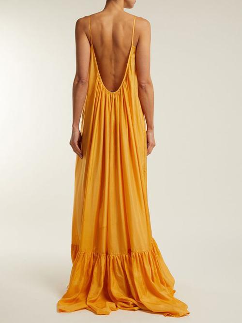 Đầm dáng dài, khoe trọn lưng trần phù hợp với các kỳ nghỉ ở biển, đi du lịch vào mùa nóng.