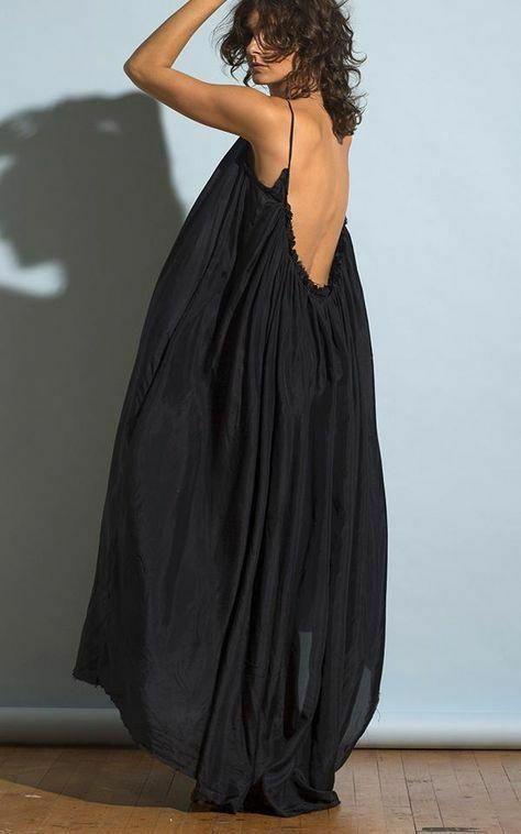 Thiết kế trên các chất liệu mềm mại, có độ thông thoáng cao, váy hai dây gây ấn tượng bằng các phom rộng thùng thình.