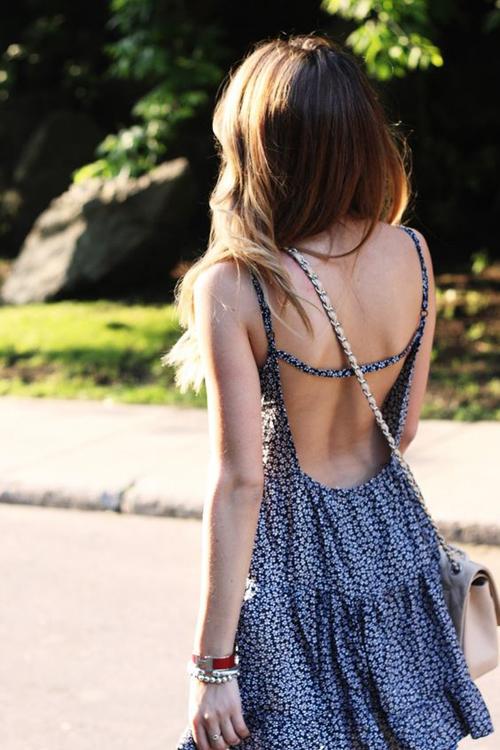 Váy khoe lưng trần còn được trang trí nhiều kiểu dây đan để khiến trang phục đi biển, dạo phố của phái đẹp thêm cuốn hút.