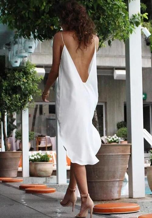 Chi tiết hai dây mảnh dẻ được phối hợp nhịp nhàng trên các dáng váy hở lưng để tôn hình thể cho người mặc.