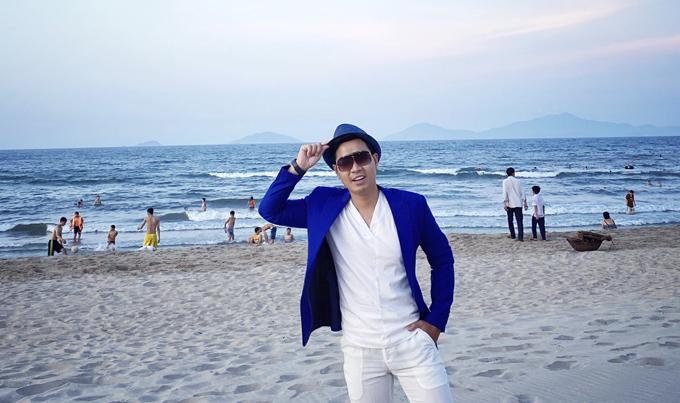 Nguyên Khang không tắm biển nhưng vẫn ra check in chụp ảnh kỷ niệm.