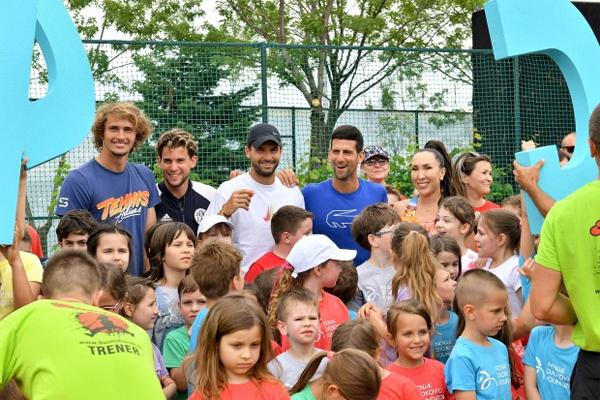 Từ trái qua, Zverez , Thiem, Dimitrov, Djokovic và Jelena Jankovic giao lưu với fan nhí tại Adria Tour. Ảnh: Sun.