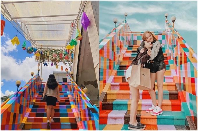 Bạn trẻ chụp ảnh ngay cầu thang lên sân thượng. Ảnh nhiii.ig, Minh Trang
