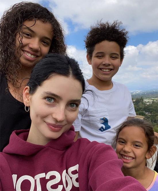 Meadow Walker (đứng trước) chụp hình cùng ba người con của Vin Diesel.