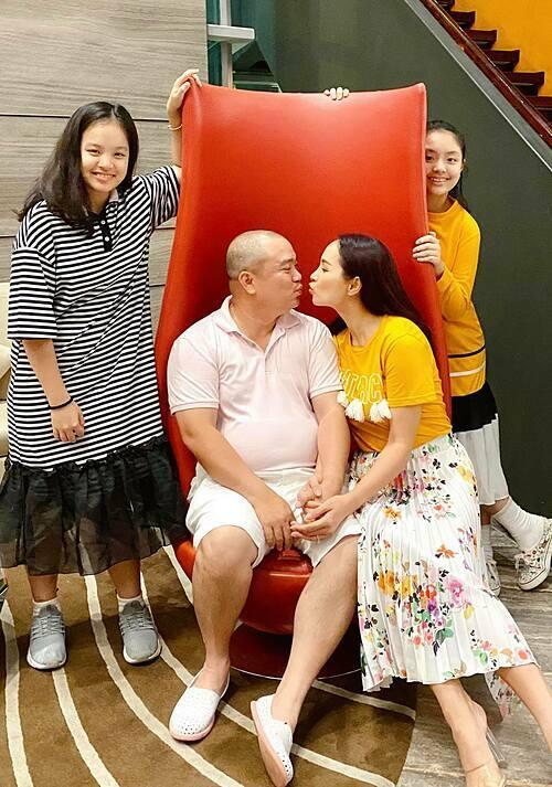 Vợ chồng Thúy Hạnh - Minh Khang bên hai cô con gái.