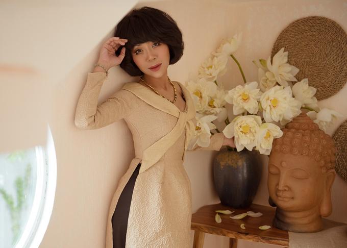 MC Trác Thúy Miêu cũng chuộng các kiểu áo dài cách điệu giúp tôn vóc dáng mảnh mai của cô.
