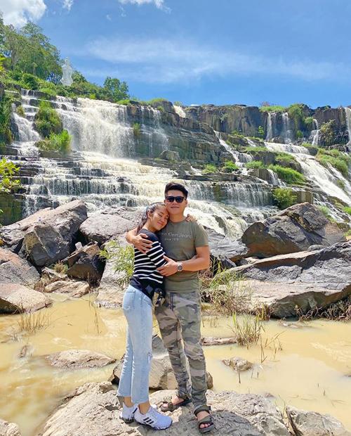 Vợ chồng Lê Phương tranh thủ có những phút giây tình tứ, cùng nhau khám phá thác thác Pongour hùng vĩ ở Lâm Đồng.