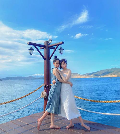 Giữa scandal ngộ nhận đồng tính, Nam Anh cùng người em sinh đôi Nam Em có những phút giây bình yên bên nhau trên đảo Hòn Tằm, Nha Trang.