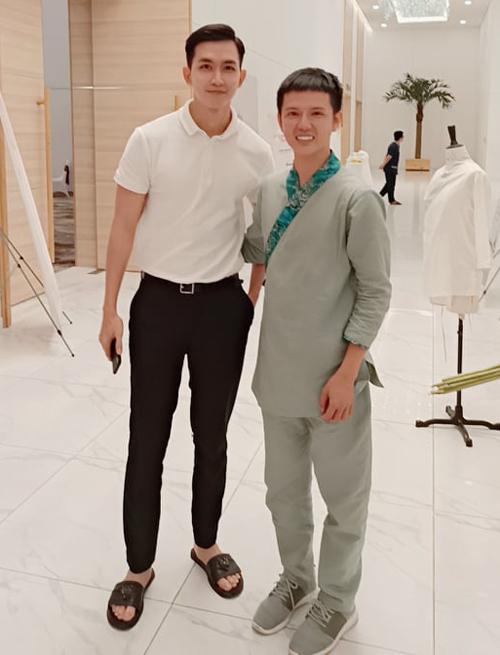 Diễn viên, người mẫu Võ Cảnh chụp ảnh cùng stylist Hân Hoan Hỷ.