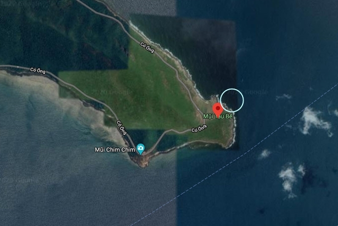 Bạn đi thuyền đến khu vực được khoanh tròn trên bản đồ, dò tìm một lúc là thấy.