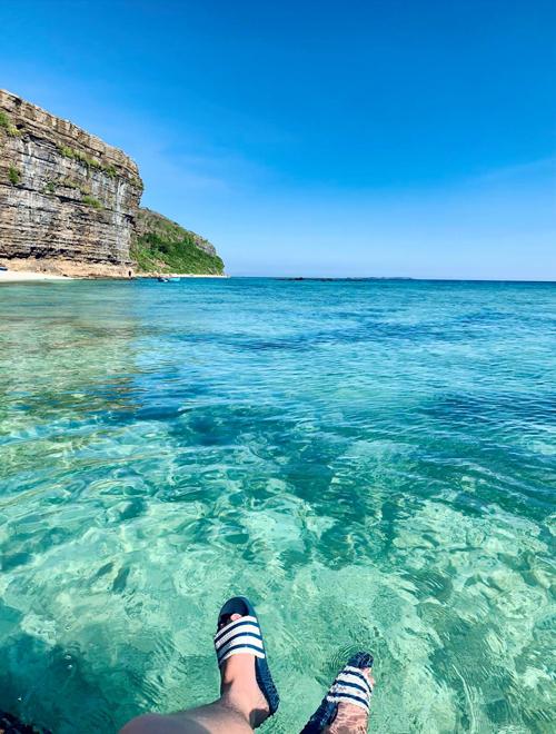 Nước biển trong màu ngọc bích, chẳng kém những hòn đảo du lịch nổi tiếng ở Thái Lan, Philippines hay ở giữa Thái Bình Dương. Cảnh vật xung quanh còn khá hoang sơ, không có quá nhiều khách du lịch nên vẫn giữ được sự thanh bình.