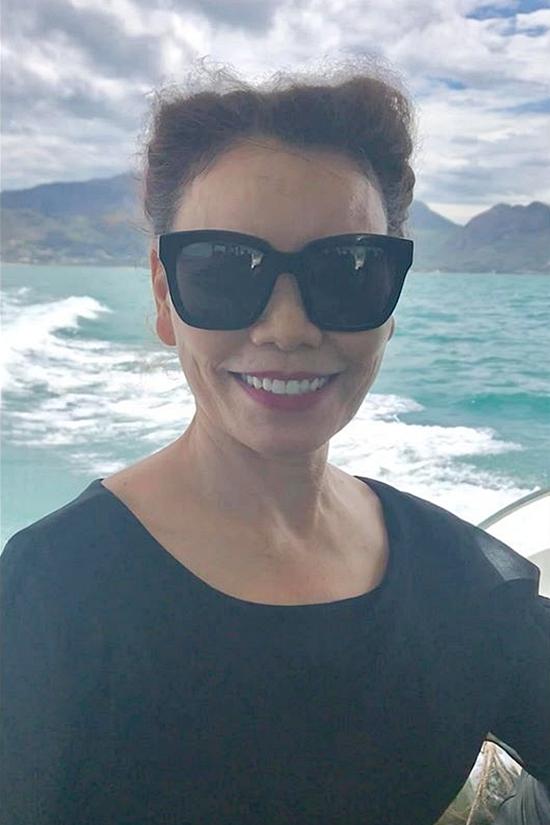 Mẹ của Hồ Ngọc Hà yêu thích biển nên tận hưởng chuyến đi bên con cháu.