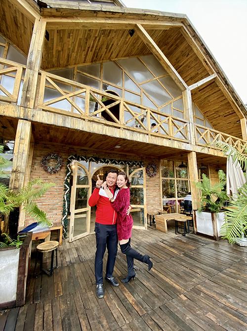 Vào Đà Lạt không chỉ giúp vợ chồng cô rời xa cái nóng gay gắt của Hà Nội mà còn có những giây phút thảnh thơi, cùng nhau tận hưởng khung cảnh lãng mạn.