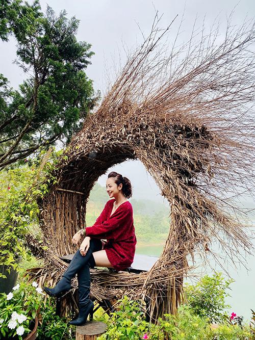 Bà mẹ bốn con tươi tắn, rạng rỡ trong mọi khuôn hình. Với cô, Đà Lạt là địa điểm nghỉ dưỡng tuyệt vời bởi thời tiết mát mẻ, không khí trong lành và đâu đâu cũng được bao phủ bởi trăm hoa đua sắc.
