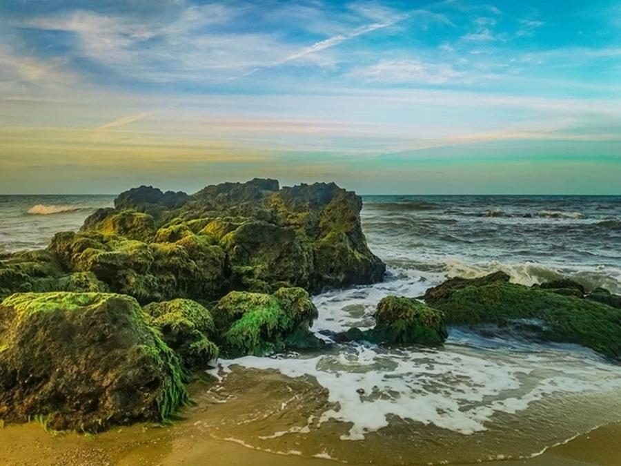 Thanh Duy - tác giả bộ ảnh - cho biết biển Vinh Hiền quyến rũ với bãi đá tự nhiên tràn ra biển, bờ cát thoai thoải, không khí trong lành, thích hợp cho các hoạt động vui chơi.