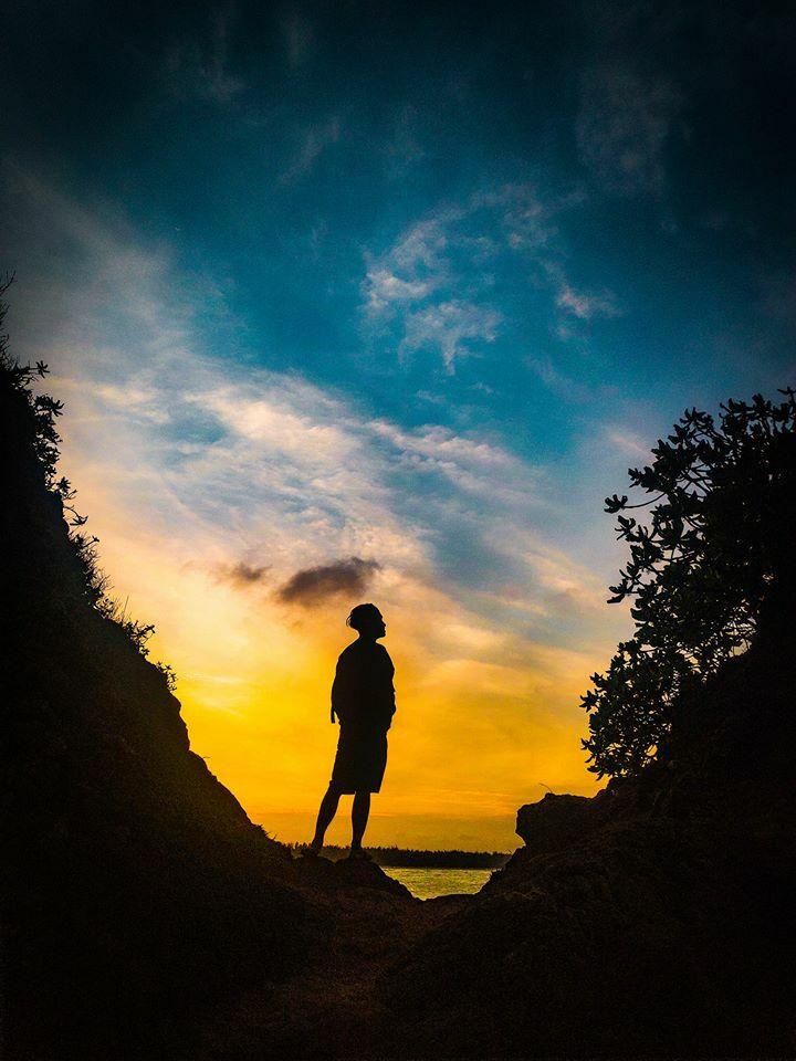 Sau tắm biển, bạn có thể rảo bộ đến núi Túy Vân ngắm cảnh thiên nhiên từ trên cao, khám phá bãi đá tự nhiên Hàm Rồng hay hướng tầm mắt về cảng Chân Mây, núi Quy...