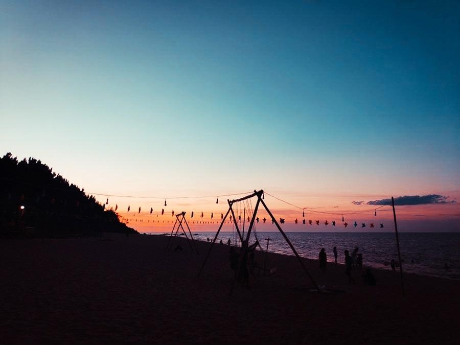 Thanh Duy - tác giả bộ ảnh - cho biết biển Vinh Hiền quyến rũ với bãi đá tự nhiên tràn ra biển, bờ cát thoai thoải, không khí trong lành,thích hợp cho các hoạt động vui chơi.