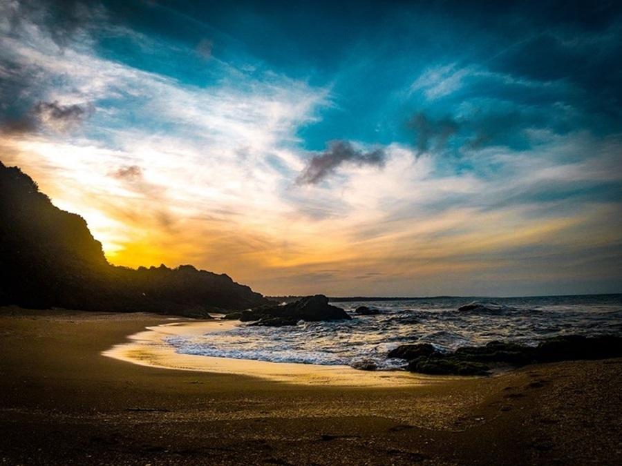 Bãi biển dài 2 km, thuộc xã Vinh Hiền, là điểm đến yêu thích của nhiều người dân huyện Phú Lộc. Nơi đây hoang sơ